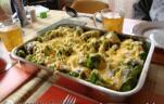 Sült csirkecomb brokkolival, tejfölös-fokhagymás brokkoli mártással