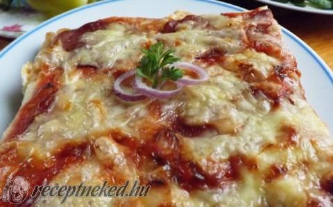 Egyszerű szalámis pizza