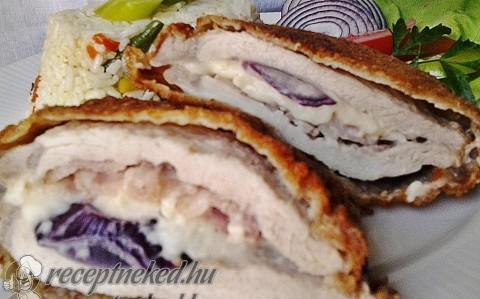 Mackósajttal, baconnal és lila hagymával töltött karajszeletek