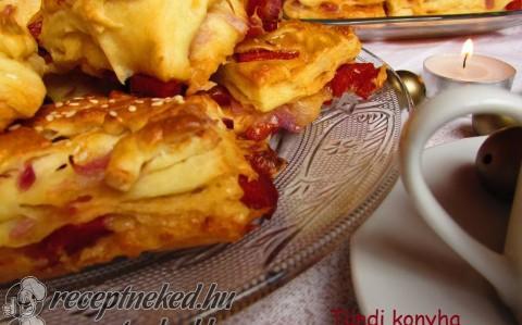Hagymás-kolbászos-sajtos pogácsa