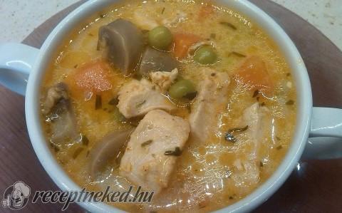 Tejszínes, tárkonyos csirkeragu leves