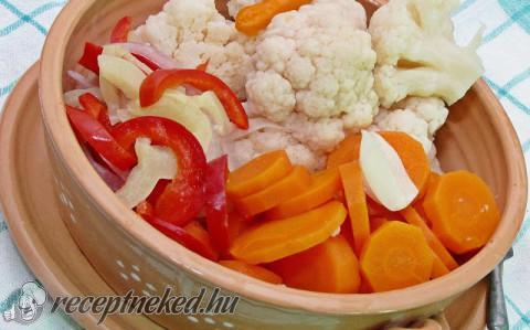 Kovászolt karfiol más zöldségekkel