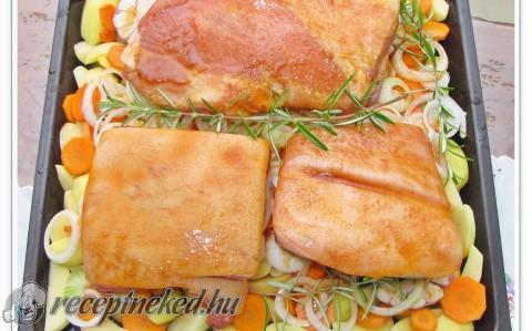 Tepsis sült császárhús, és oldalas, krumpliágyon