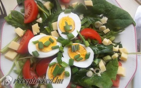 Medvehagymás spenótsaláta tojással