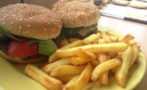 Hamburger házi húspogácsával