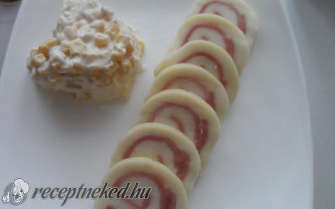Sonkás füstölt sajttekercs almás kukoricasalátával