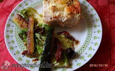 Tejszínes-sajtos csirke pikáns salátával