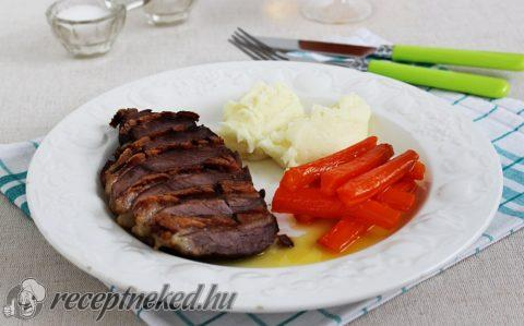 Libamell sajtos krumplipürével és narancsos-mézes sárgarépával