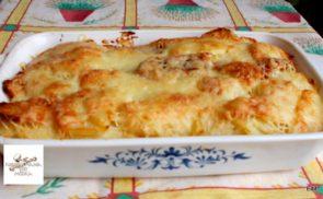 Krumpli ágyon és szalonnán sült sajtos virsli