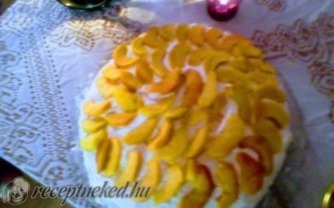 Túrós-tejszínes torta barackkal