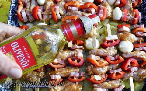 Csirkeszárny saslik fokhagymás krumpliágyon