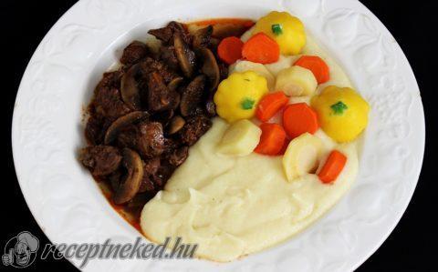 Gombás csirkemáj paszternákpürével és párolt zöldségekkel