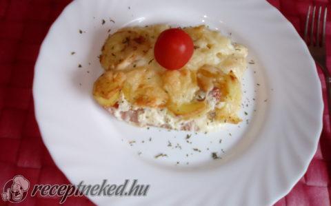 Krumplin-szalonnán sült sajtos virsli