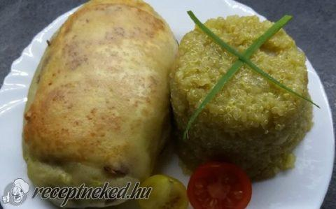 Lilahagymás burgonyabundában sült csirkemell quinoával