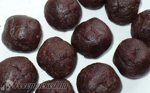 Kakaós kekszgolyó kandírozott cseresznyével